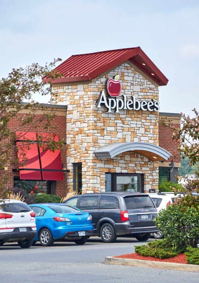 Il ristorante ed il parcheggio di Applebee fotografia stock