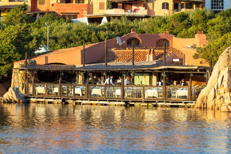 Il ristorante nella laguna e pilastro in una località di soggiorno di lusso di Sard immagini stock libere da diritti