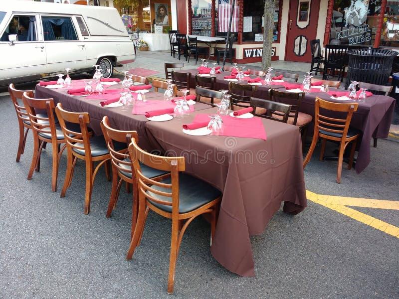 Il ristorante presenta l'esterno per pranzare Al Fresco fotografia stock libera da diritti