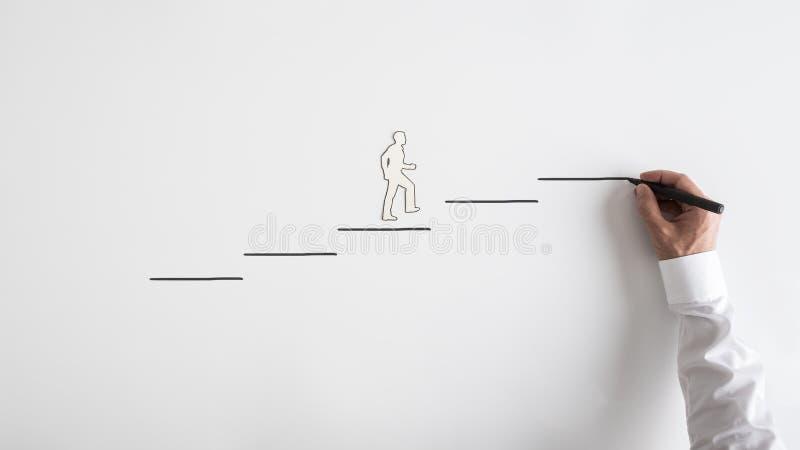 Il ritaglio di carta della siluetta di un uomo e di un disegno dell'uomo d'affari fa un passo immagini stock