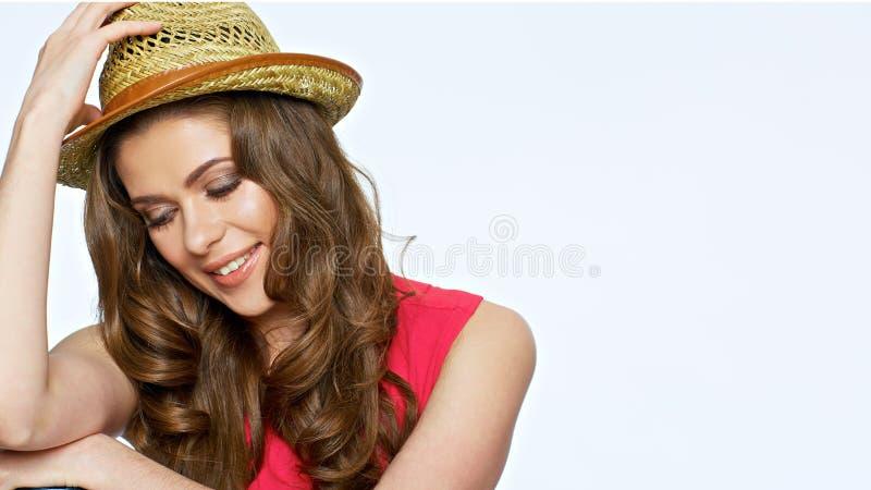Il ritratto alto vicino del fronte della giovane donna con capelli lunghi che guardano fa immagine stock