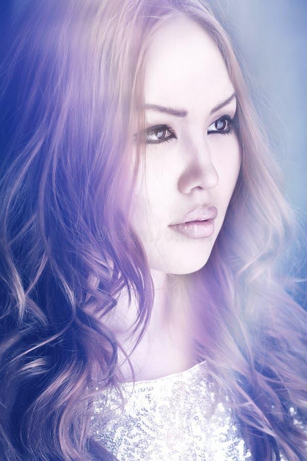 Il ritratto asiatico della ragazza, capelli lunghi rossi, osserva il marrone, labbra, immagine stock