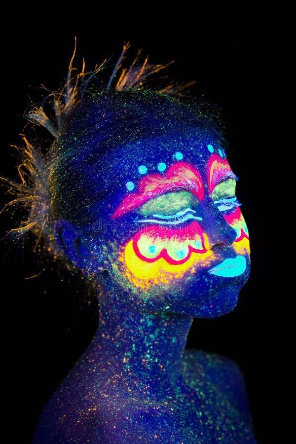 Il ritratto blu della donna, gli stranieri dorme, trucco ultravioletto Bello su un fondo scuro Ha chiuso i suoi occhi immagine stock libera da diritti