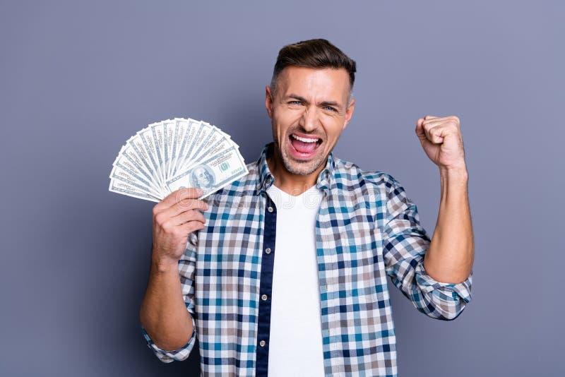 Il ritratto dei pugni fortunati estatici dell'aumento dell'uomo grida il grido sì ha risultati tende gli stipendi di trionfo del  fotografia stock libera da diritti