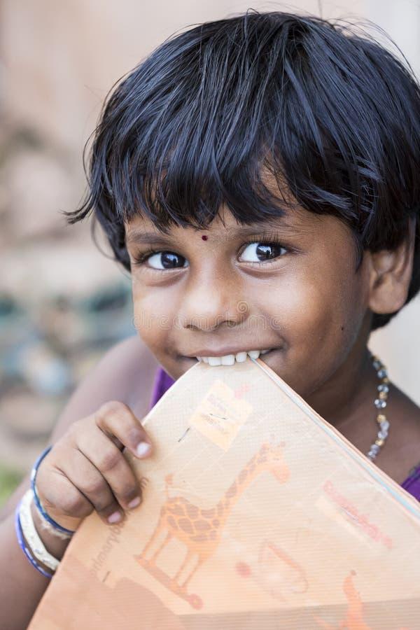 Il ritratto del bambino povero indiano non identificato della ragazza del bambino è outddor sorridente nella via fotografia stock