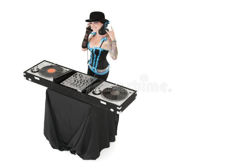 Il ritratto del DJ femminile che gesturing la roccia cede firmando un documento il fondo bianco fotografia stock libera da diritti