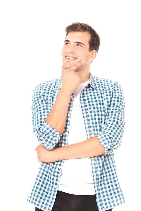 Il ritratto del giovane sorridente astuto in camicia di plaid isoalted su fondo bianco Copi lo spazio Derisione su fotografia stock libera da diritti