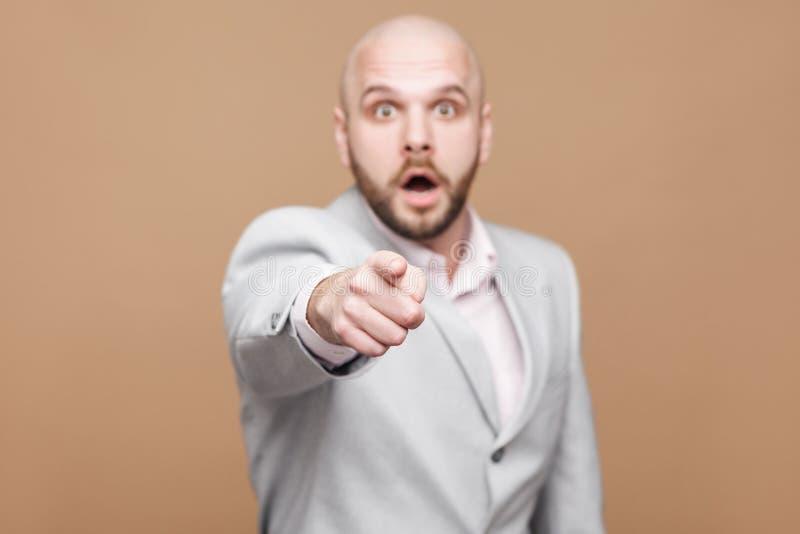 Il ritratto del mezzo bello stupito ha invecchiato l'uomo d'affari barbuto calvo fotografia stock libera da diritti
