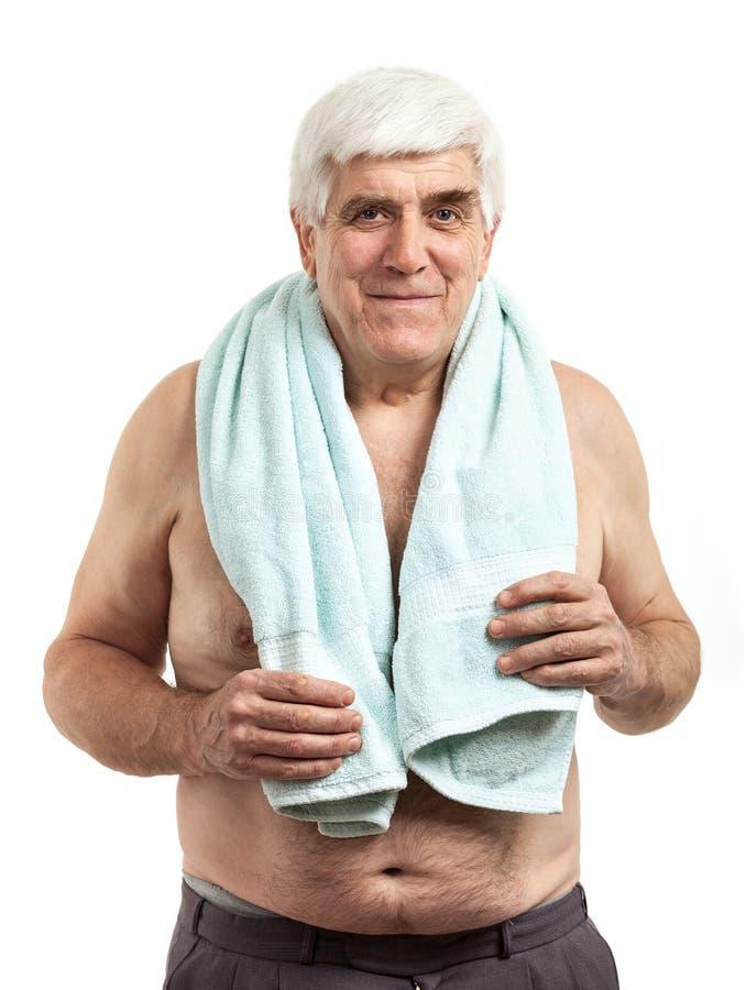 Il ritratto del mezzo rilassato ha invecchiato l'asciugamano della tenuta dell'uomo fotografia stock libera da diritti