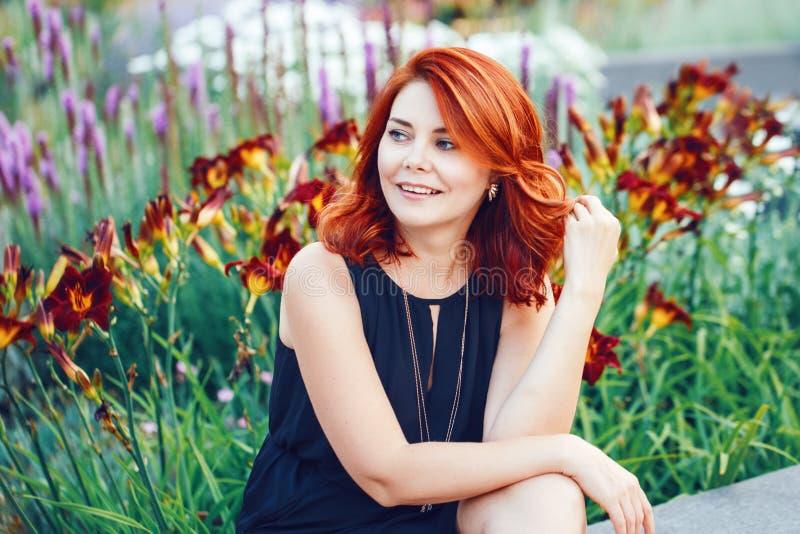 Il ritratto del primo piano del mezzo sorridente ha invecchiato la donna caucasica bianca con capelli rossi ricci ondeggiati nel  immagini stock libere da diritti