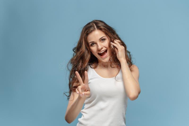 Il ritratto del ` s della giovane donna con le emozioni felici fotografie stock