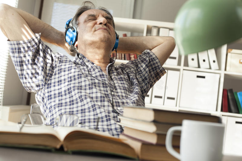 Il ritratto dell'uomo ascolta musica fotografia stock