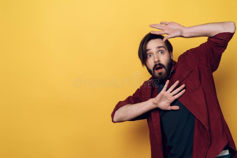 Il ritratto dell'uomo barbuto Shocked tiene le mani su immagini stock libere da diritti