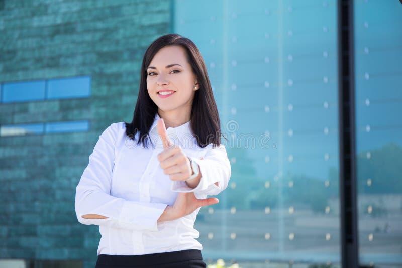 Il ritratto della donna di affari sfoglia su in via immagine stock