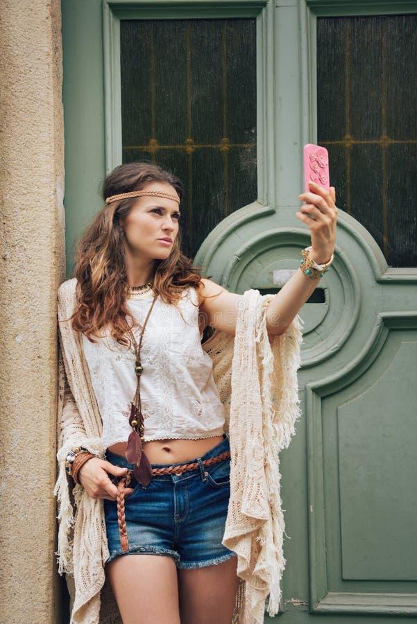 Il ritratto della donna di hippy in boho copre la fabbricazione del selfie fotografie stock libere da diritti