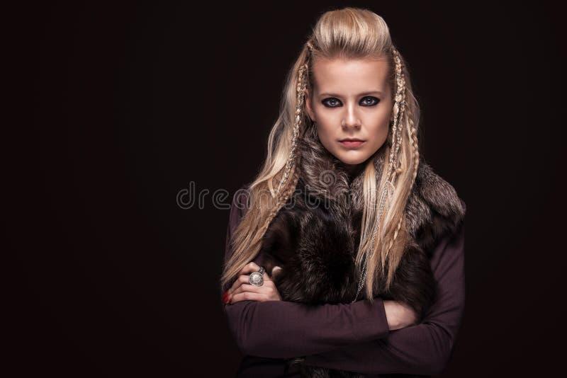 Il ritratto della donna di vichingo in un guerriero tradizionale copre immagini stock