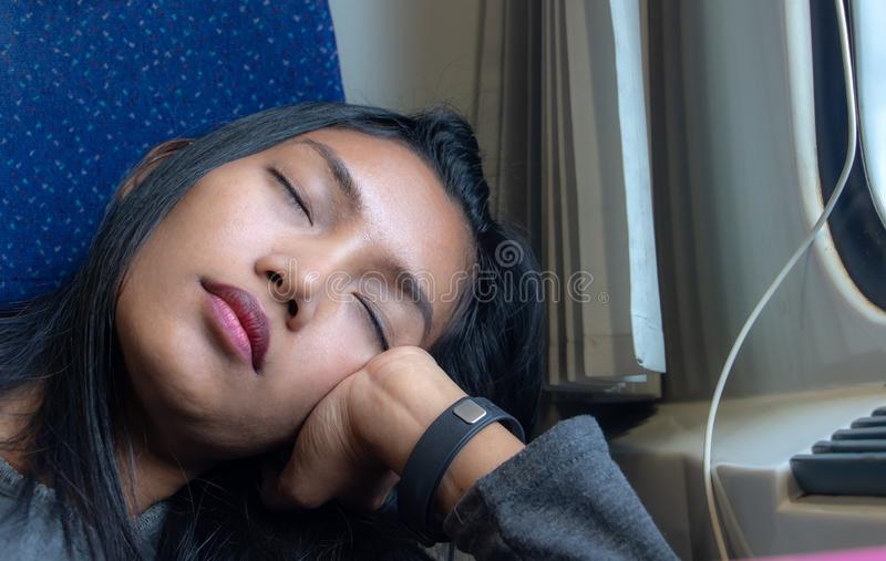 Il ritratto della giovane donna che dorme su un treno fotografia stock libera da diritti