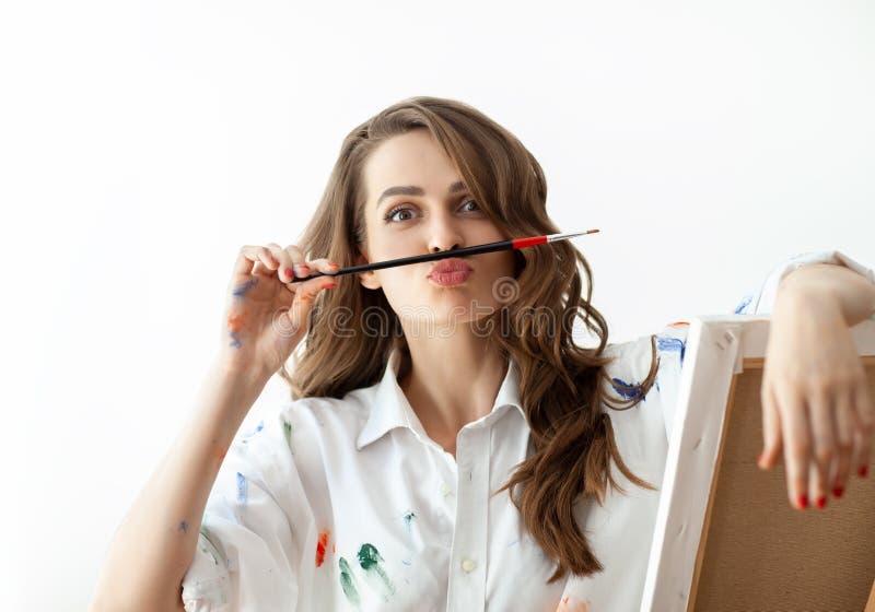 Il ritratto della giovane donna che fa i fronti e descrive i baffi con la h immagini stock libere da diritti