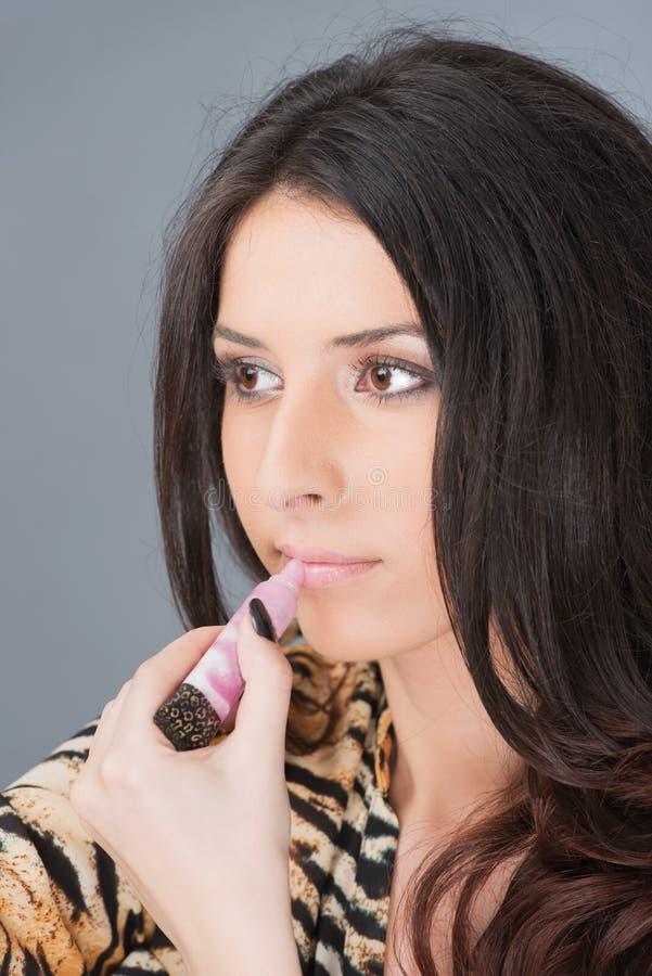 Il ritratto della donna fa le labbra nello specchio fotografia stock