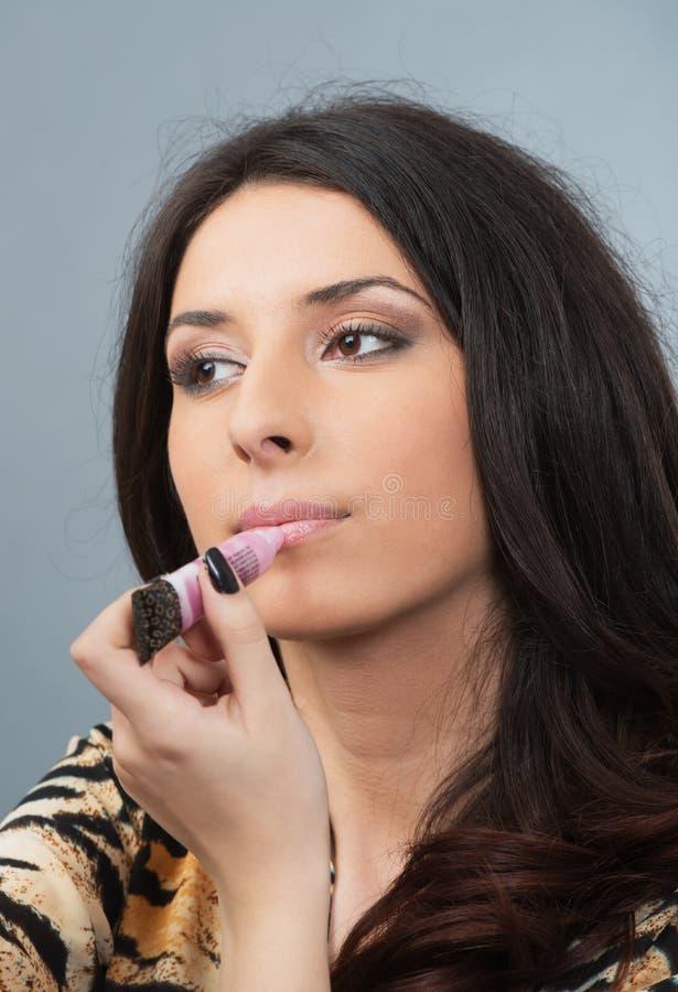 Il ritratto della donna fa le labbra nello specchio fotografia stock libera da diritti