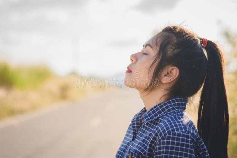 il ritratto della giovane donna prende una respirazione profonda immagini stock