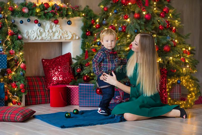 Il ritratto della madre felice ed il bambino adorabile celebrano il Natale Feste del ` s del nuovo anno Bambino con la mamma in f immagine stock libera da diritti