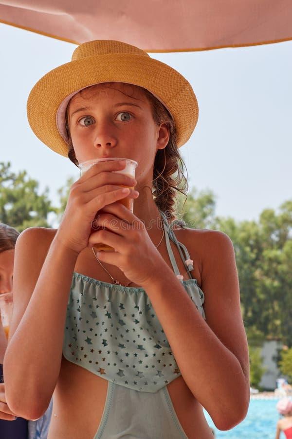 Il ritratto della ragazza è succo fresco del drinkig, landsc della montagna dell'estate immagini stock libere da diritti