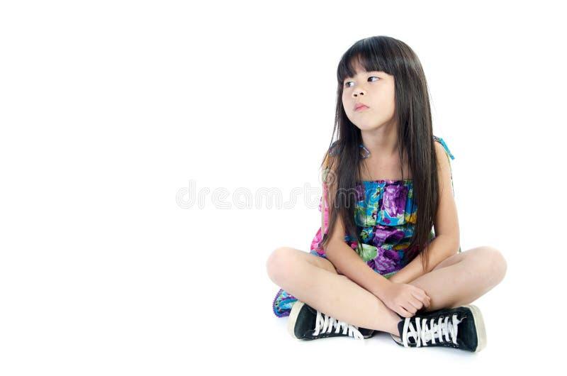 Il ritratto della ragazza sveglia asiatica è annoiato con qualcosa fotografia stock