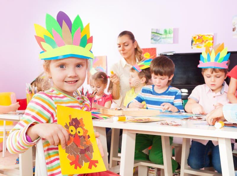 Il ritratto delle bambine con i bambini fa l'immagine fotografie stock