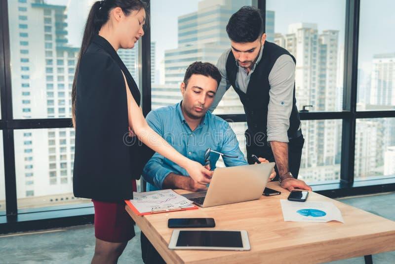 Il ritratto delle persone di affari è incontrantesi e discutente circa il loro progetto nel posto di lavoro dell'ufficio, lavoro  immagine stock