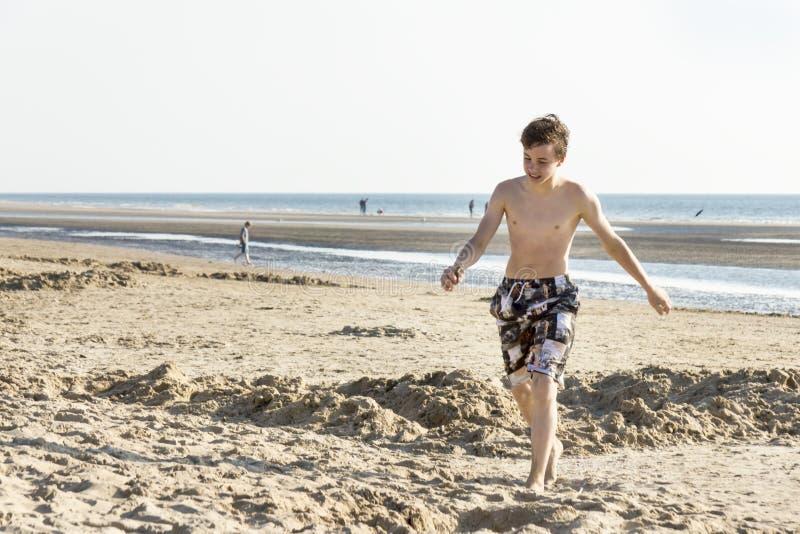 Il ritratto di adolescente sta camminando sulla sabbia immagini stock