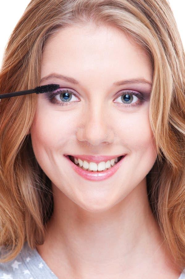 Il ritratto di applicazione della donna di smiley compone fotografia stock