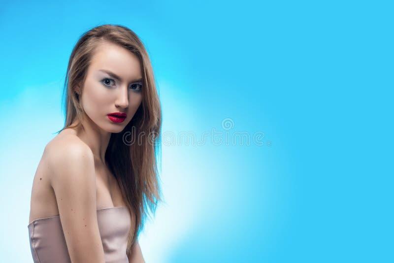 Il ritratto di bei loocs ha spaventato la ragazza bionda con le labbra rosse immagine stock
