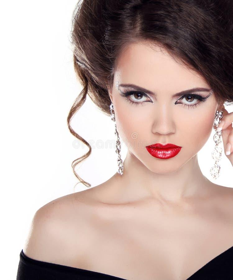 Il ritratto di bella donna con capelli ricci e la sera preparano. immagine stock libera da diritti