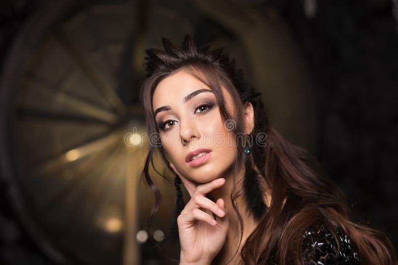 Il ritratto di bella giovane donna di Latina con perfetto compone e capelli scuri lunghi che guardano alla macchina fotografica C fotografia stock