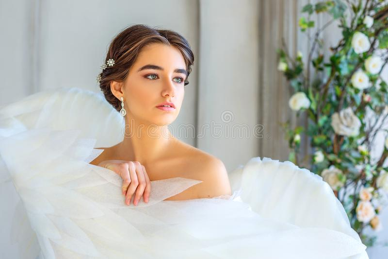 Il ritratto di bella ragazza avvolta nell'angelo bianco traversa fotografie stock libere da diritti