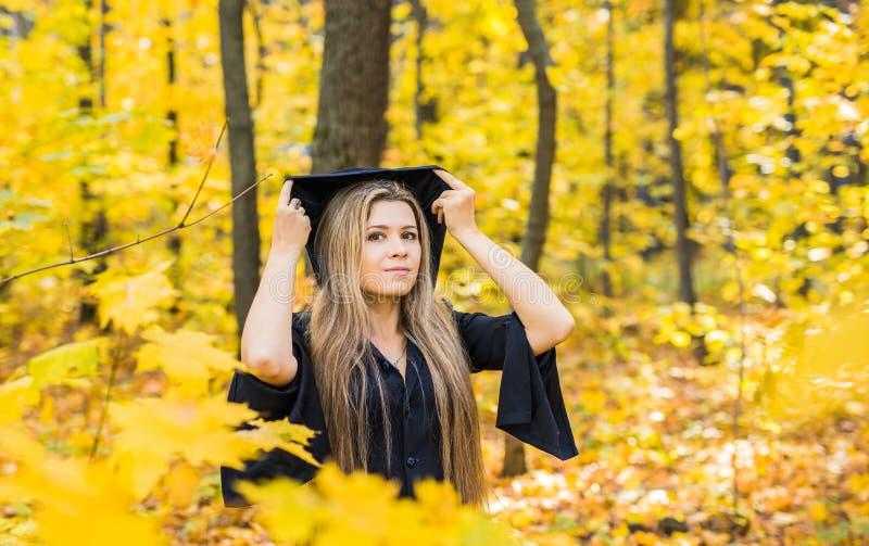 Il ritratto di bella ragazza come strega si è vestito in un vestito con un cappuccio Halloween, carnevale, feste, autunno e la ge fotografia stock libera da diritti