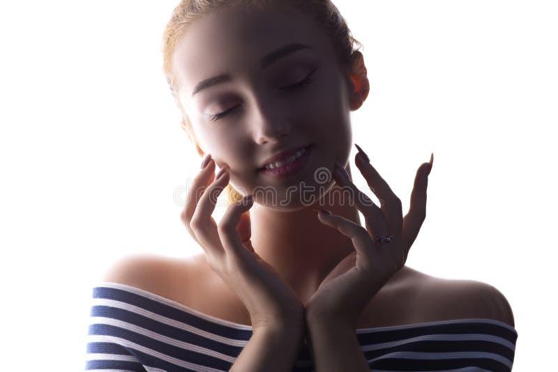 Il ritratto di bella ragazza, fronte della donna su bianco ha isolato il fondo, il concetto di bellezza ed il modo fotografia stock libera da diritti