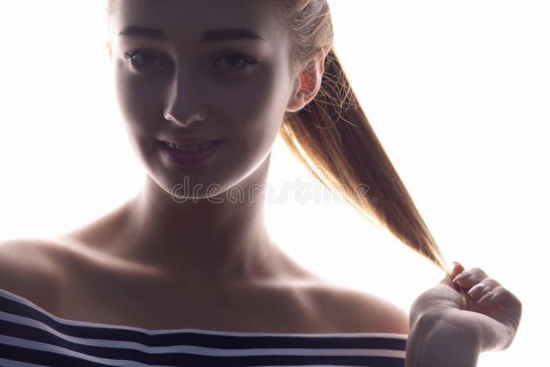 Il ritratto di bella ragazza, fronte della donna su bianco ha isolato il fondo, il concetto di bellezza ed il modo immagine stock