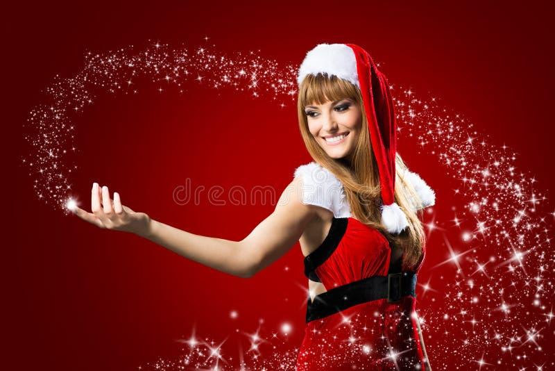 Il ritratto di bella ragazza sexy che indossa il Babbo Natale copre fotografia stock libera da diritti