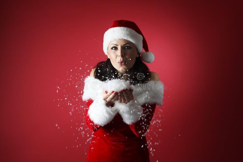 Il ritratto di bella ragazza sexy che indossa il Babbo Natale copre immagine stock libera da diritti