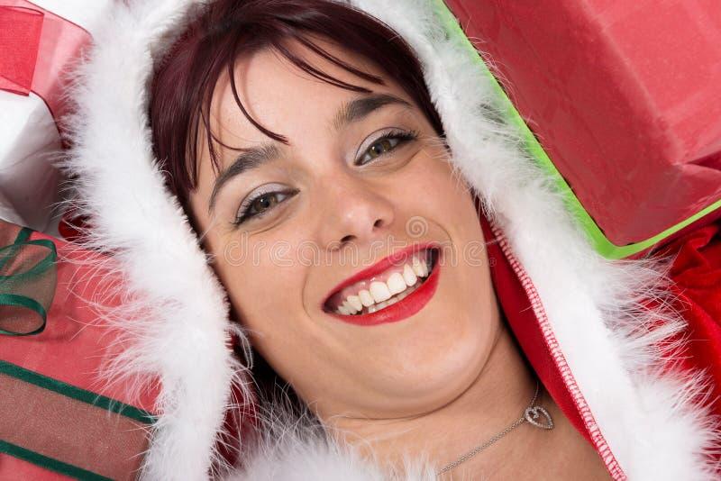 Il ritratto di bella ragazza sexy che indossa il Babbo Natale copre fotografia stock