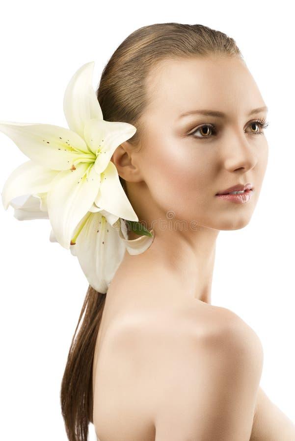 Il ritratto di bellezza con i fiori la ragazza è girato fotografia stock