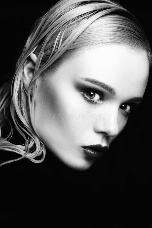 Il ritratto di bello modello della ragazza con le labbra e gli occhi azzurri rosa con la cinghia di cuoio sul suo collo, fresco p immagine stock libera da diritti
