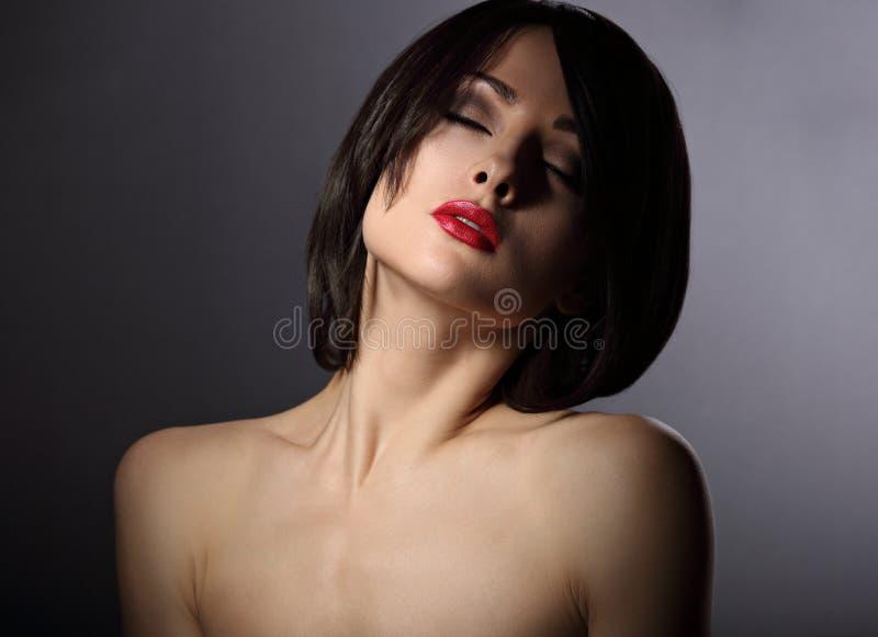 Il ritratto di dramma della donna mistica con gli occhi chiusi e lo short anneriscono fotografia stock libera da diritti
