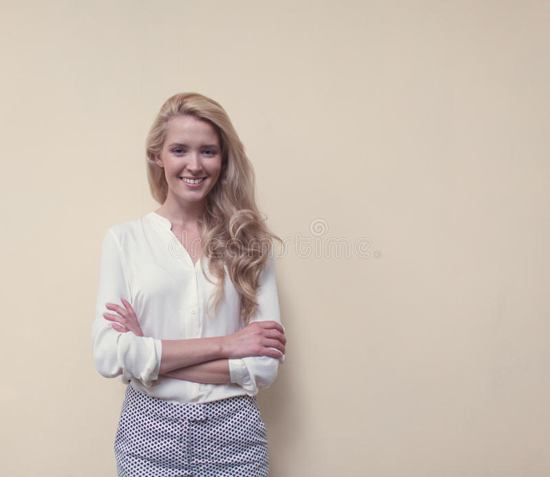 Il ritratto di giovane bella donna con capelli lunghi si diverte ed il buon umore che guarda in camera e che sorride, caldo, tonn fotografia stock libera da diritti