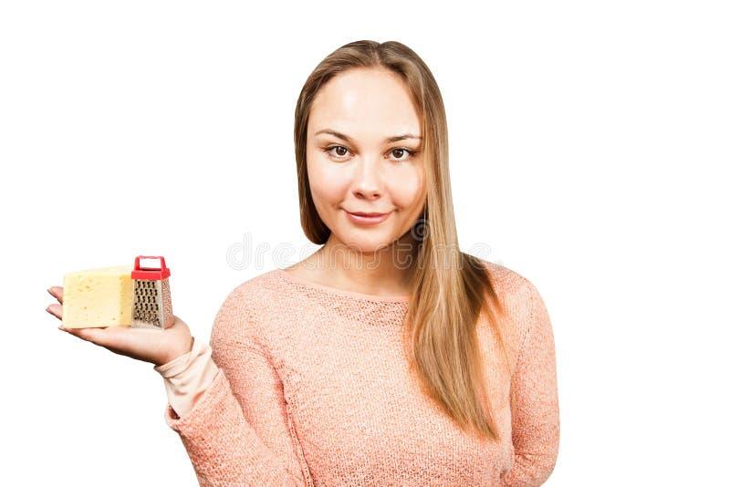 Il ritratto di giovane bella donna tiene la grattugia Isolato su priorit? bassa bianca fotografia stock libera da diritti