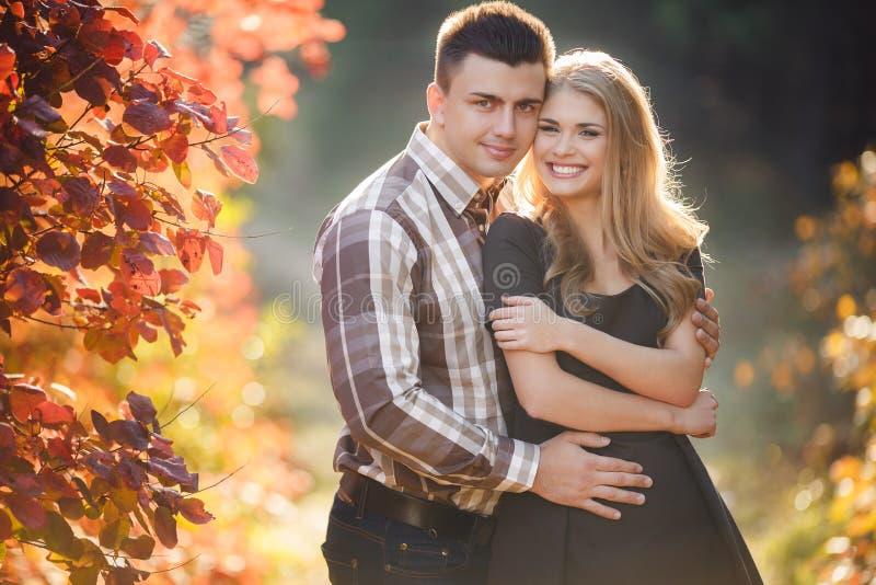 Il ritratto di giovane coppia in autunno parcheggia immagini stock libere da diritti