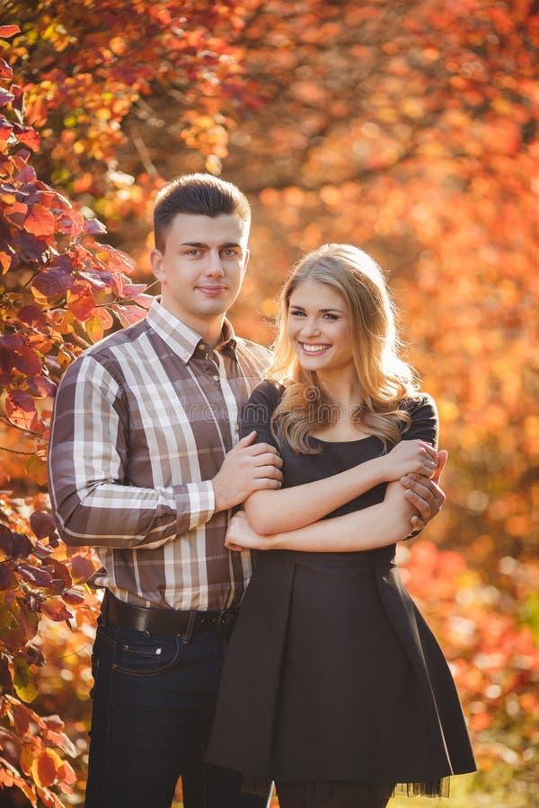 Il ritratto di giovane coppia in autunno parcheggia fotografie stock libere da diritti