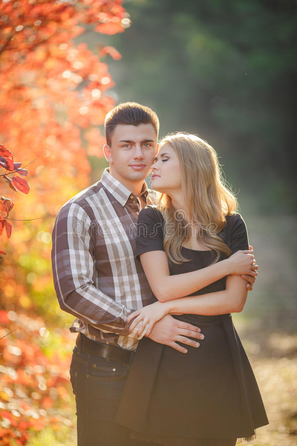 Il ritratto di giovane coppia in autunno parcheggia fotografia stock
